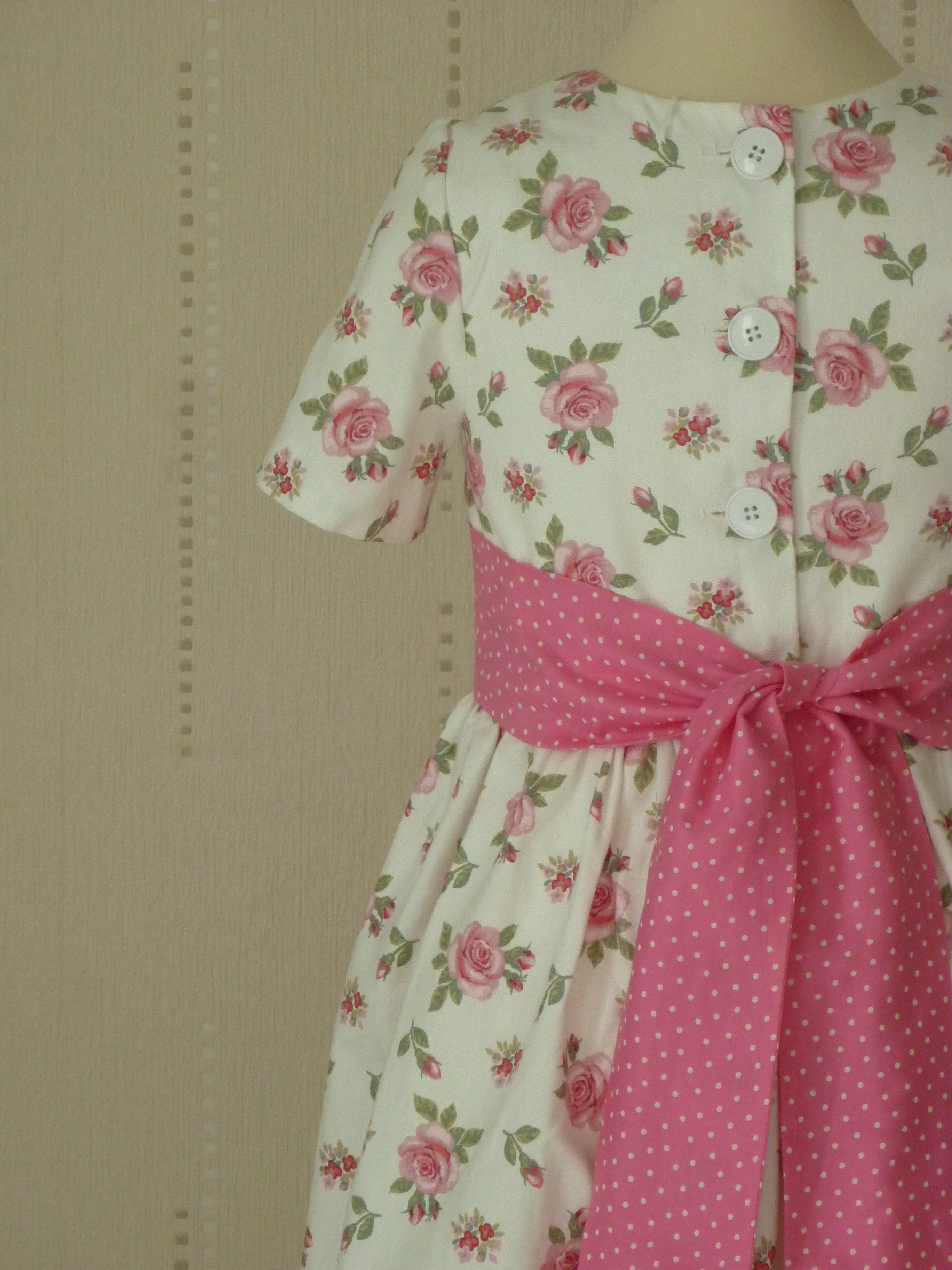 Robe blanche avec ruban rose, FatyStyle